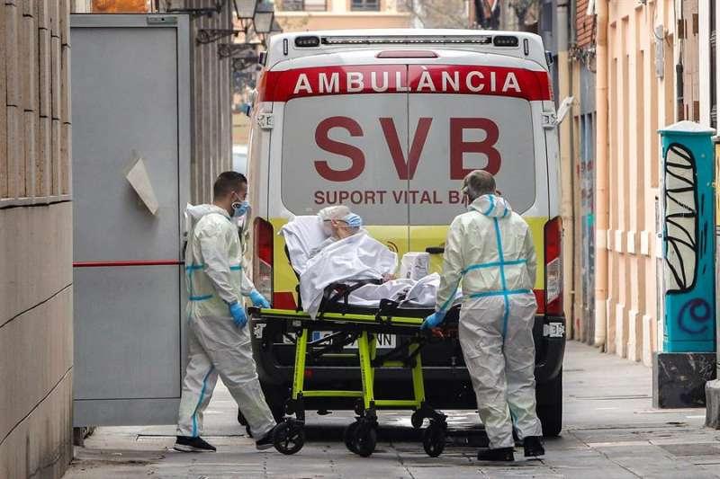 Sanitarios atienden a un persona con coronavirus.EFE/ Juan Carlos Cárdenas/Archivo