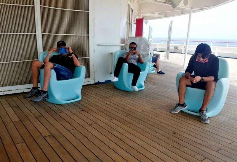 Tres jóvenes en un crucero. EFE