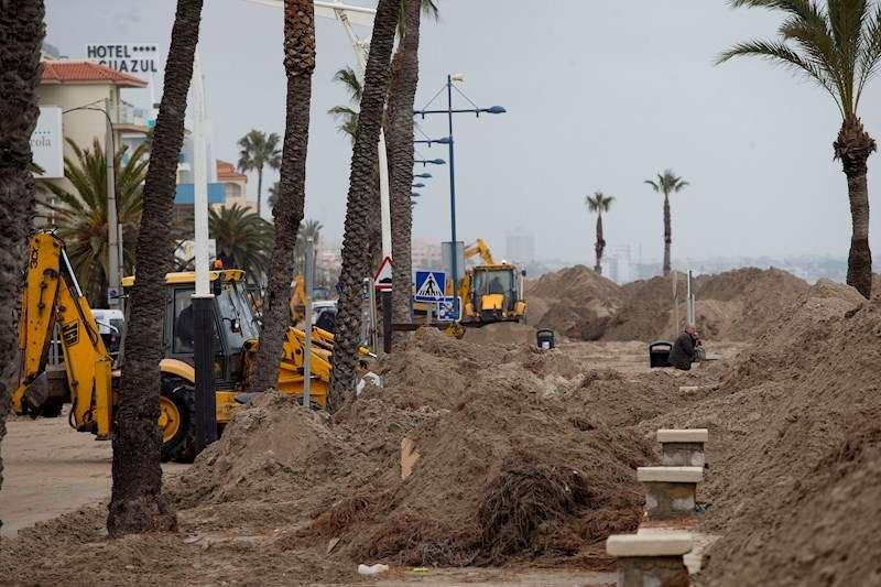 Trabajos de reparación del paseo marítimo de Peñíscola, muy dañado por el último temporal. EFE