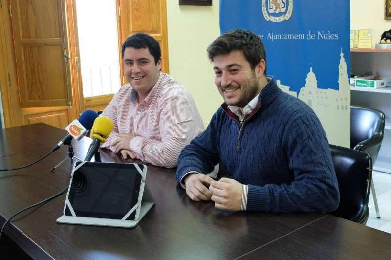El alcalde de la localidad, David García, y el primer teniente de alcalde y concejal de Comunicación, Adrián Sorribes, durante la presentación