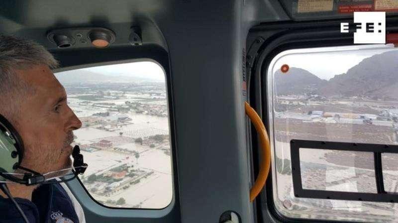 Fotografía facilitada por el Ministerio del Interior del ministro Fernando Grande-Marlaska sobrevolando ayer las zonas afectadas por el temporal en Orihuela (Alicante). EFE/MINISTERIO DEL INTERIOR
