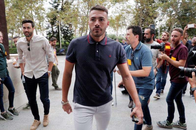 Los exjugadores del Levante Xavi Torres (c) y Vicente Iborra (i), a su llegada al juicio que comenzó el pasado martes. EFE/Försterling