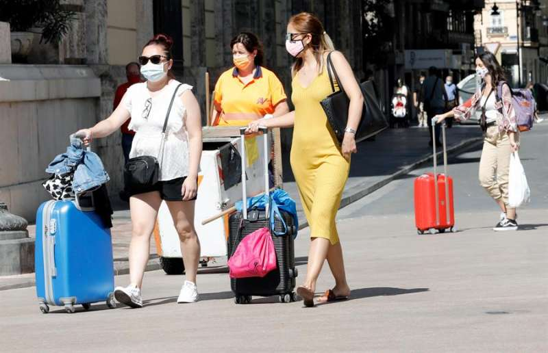 Varias mujeres se dirigen a la estación del Norte de València en una imagen de archivo. EFE
