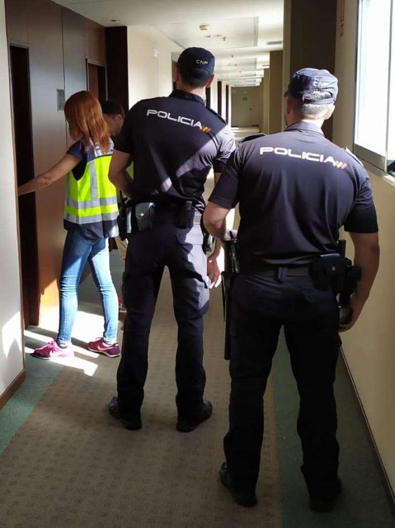 Agentes de la Policía Nacional se disponen a hacer un registro. / EPDA