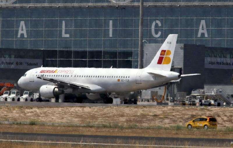 Avión en el aeropuerto de El Altet (Alicante). EFE/Archivo