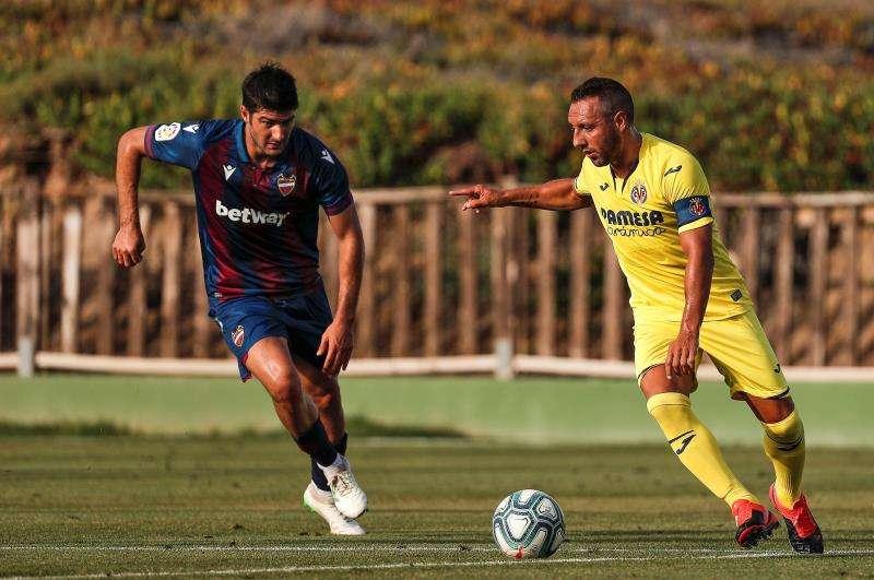 El jugador del Villarreal CF, Santi Cazorla, disputa un balón con el jugador del Levante UD, Melero, durante un partido amistoso. EFE/Archivo