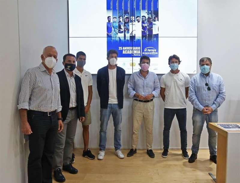 Organizadores y tenistas del torneo de la Academia de Ferrero posan en la presentación, en una imagen facilitada por la organización. EFE