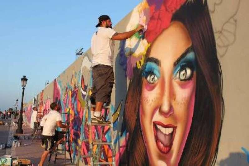 Los artistas trabajan en uno de los muros de Rafelbunyol. / epda