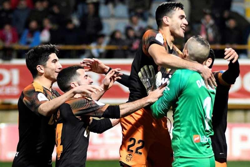 Los jugadores del Valencia celebran su pase a cuartos de final de la Copa. EFE/ J.Casares