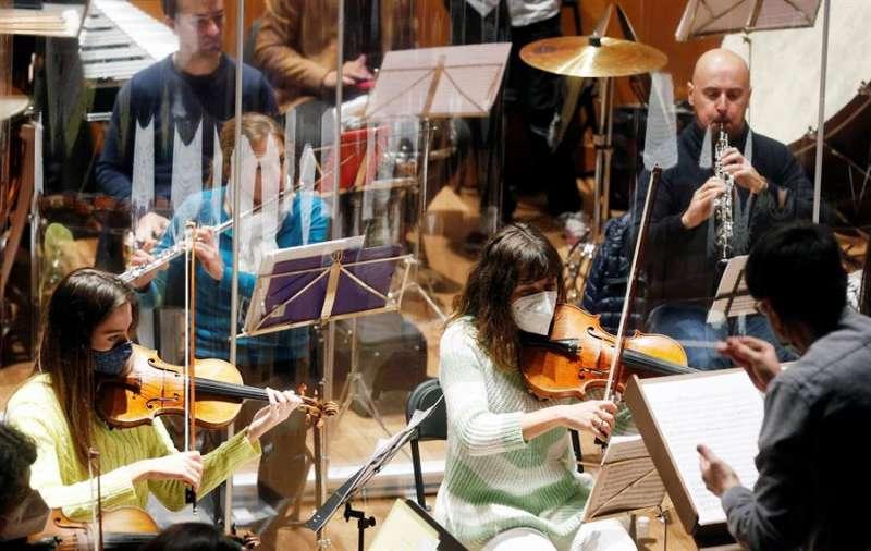 Vista general del primer ensayo de la Orquesta Sinfónica del Mediterráneo, dirigida por Juan Antonio Ramírez, para preparar el tradicional Gran Concierto de Año Nuevo. EFE/Kai Försterling