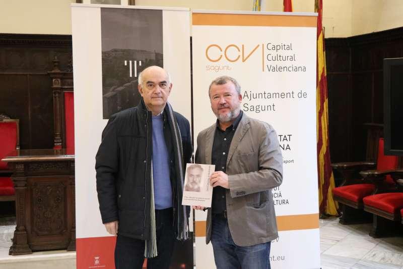 Buenaventura con el alcalde mostrando el libro biográfico. EPDA