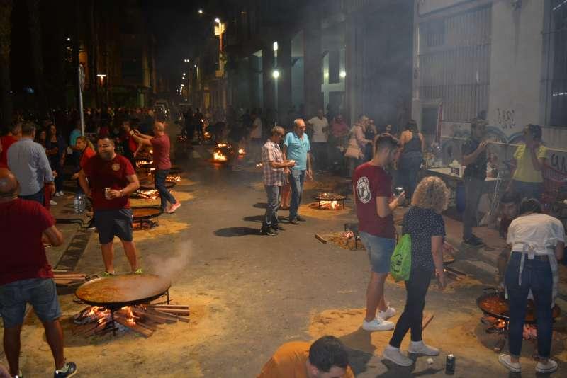 Vecinos durante el festival de paellas de Benetússer. EPDA