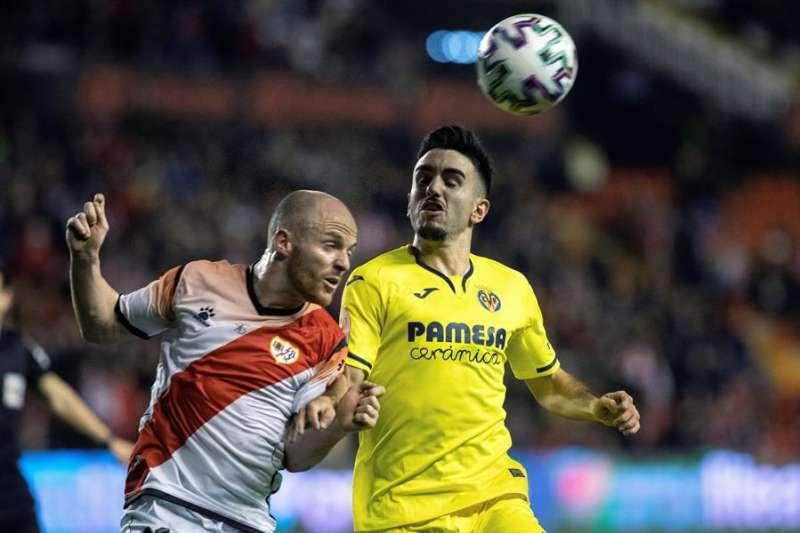 Manuel Morlanes, del Villarreal, a la derecha, durante un partido. EFE