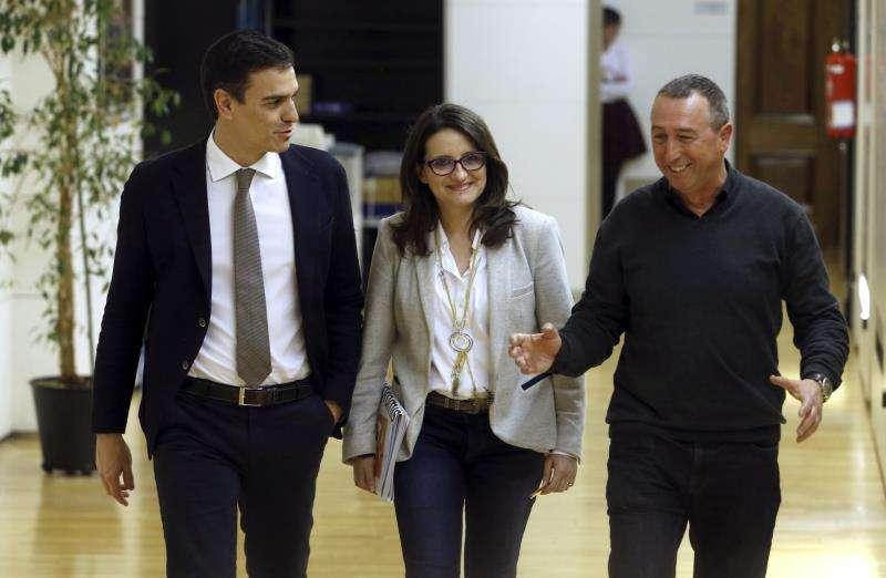 Pedro Sánchez (i), durante una reunión con representantes de Compromís, Oltra y Baldoví