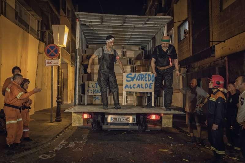 Descarga de los cajones de pólvora del camión para la Cordà de Paterna.