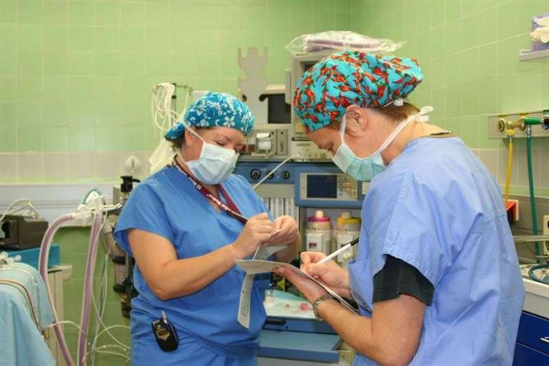 Enfermeras durante la realización de sus funciones laborales.