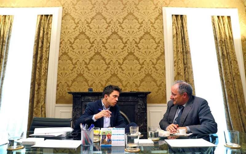 Íñigo Errejón (i), durante la reunión con el director de la Agencia Valenciana Antifraude, Joan Llinares. EFE/Manuel Bruque