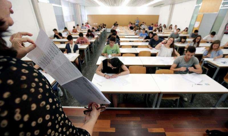 Una profesora explica los detalles de cómo rellenar los exámenes a estudiantes antes de un examen de selectividad. EFE/Archivo
