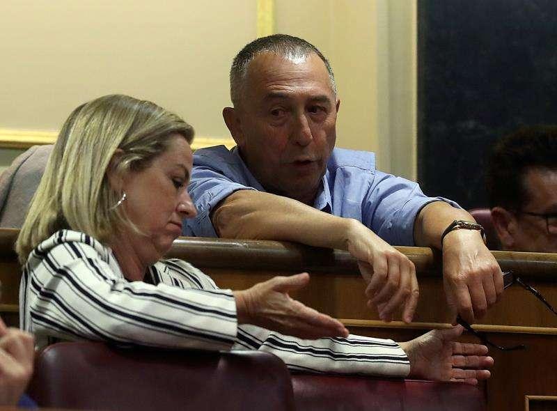 El diputado de Compromís Joan Baldoví conversa con la portavoz de Coalición Canaria (CC), Ana Oramas.