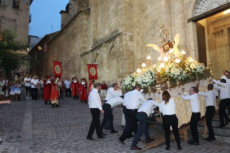 El anda de la virgen saliendo de la Catedral al comienzo de la procesión