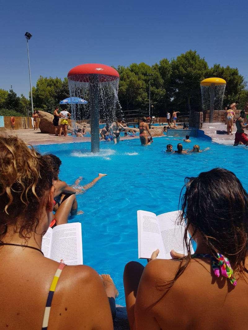 Usuarias de la piscina de Torrent llegint un llibre. EPDA