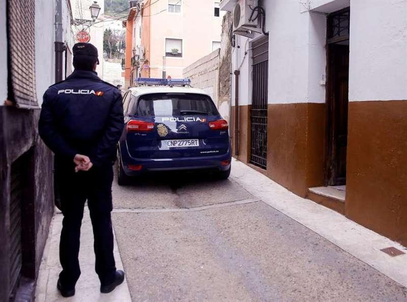Un agente de la Policía Nacional custodia el acceso al lugar de un suceso en Xàtiva. EFE/Kai Försterling/Archivo