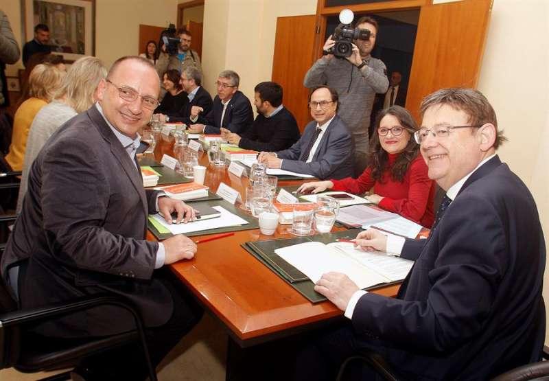 El president de la Generalitat, Ximo Puig (dcha), preside la primera sesión plenaria de este año del Gobierno valenciano, esta vez en Alicante. EFE/Pep Morell