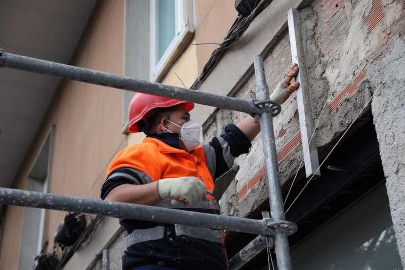 Trabajadores de la construcción protegidos con mascarillas durante una jornada de trabajo tras la Semana Santa. EFE