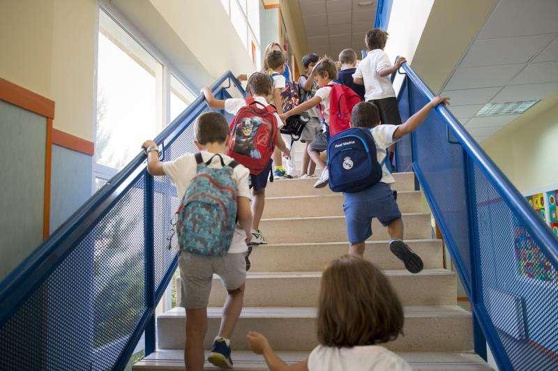 Varios niños a su llegada al colegio. EFE/Archivo