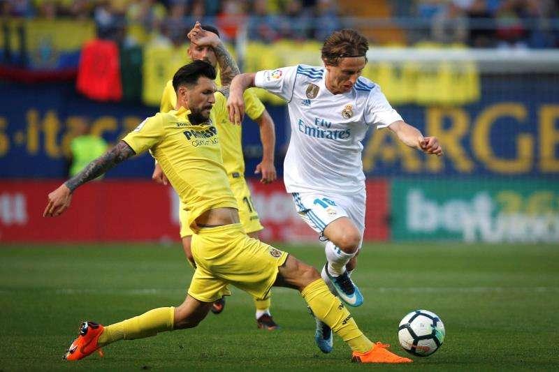 El centrocampista croata del Real Madrid, Luka Modric (d), protege el balón ante la presencia del centrocampista italiano del Villarreal, Roberto Soriano, durante el partido correspondiente a la jornada 38 de la pasada Liga en el Estadio de la Cerámica. EFE/ Archivo