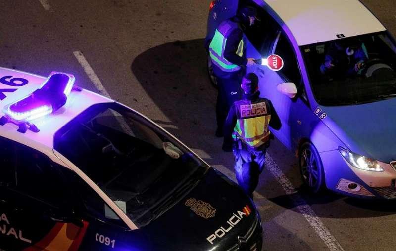 Una patrulla de la Policía Nacional realiza un control nocturno en València. EFE/Kai Försterling