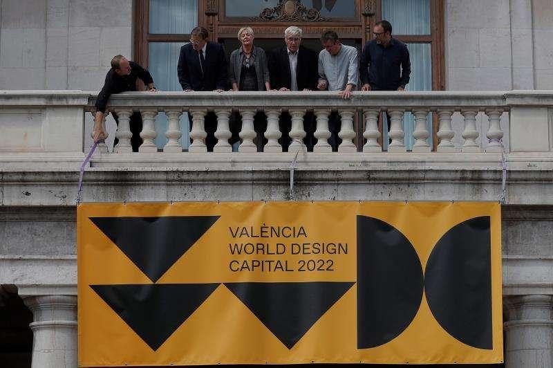 El president Ximo Puig (2º i) y el alcalde de València, Joan Ribó (c) ,entre otros, en el balcón del Ayuntamiento, tras la presentación de la Capitalidad Mundial del Diseño que ha recaído en la ciudad para 2022 tras imponerse a Bangalore (India). EFE/Kai Försterling