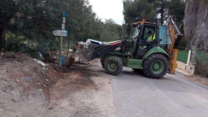Tractor durante las labores de limpieza.