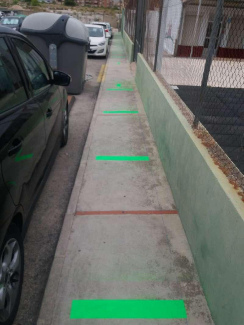 Separación marcada en el suelo para garantizar la distancia de seguridad. / EPDA