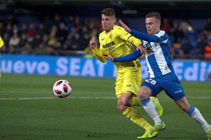 El centrocampista del Villarreal Dani Raba (i) pelea un balón con el defensa del Espanyol Adriá Pedrosa en el partido de la ida de octavos de final de la Copa del Rey que se disputó en el estadio de la Cerámica. EFE