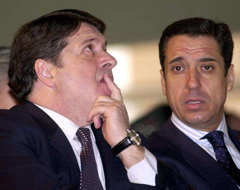 El expresident de la Generalitat Eduardo Zaplana junto al expresident del Gobierno valenciano y de Bancaja José Luis Olivas. EFE/Archivo