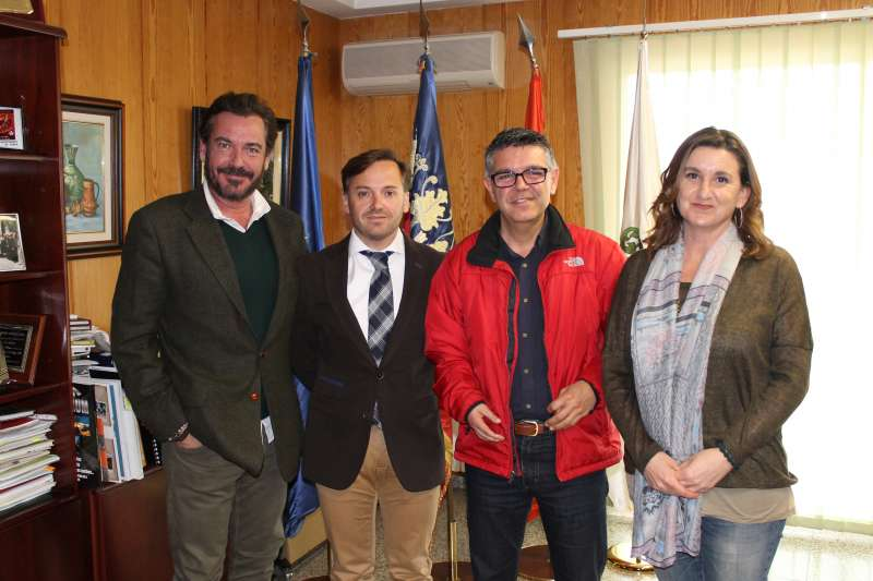 Arnal con chaquetón rojo con los impulsores de la Subida al Garbí. //EPDA