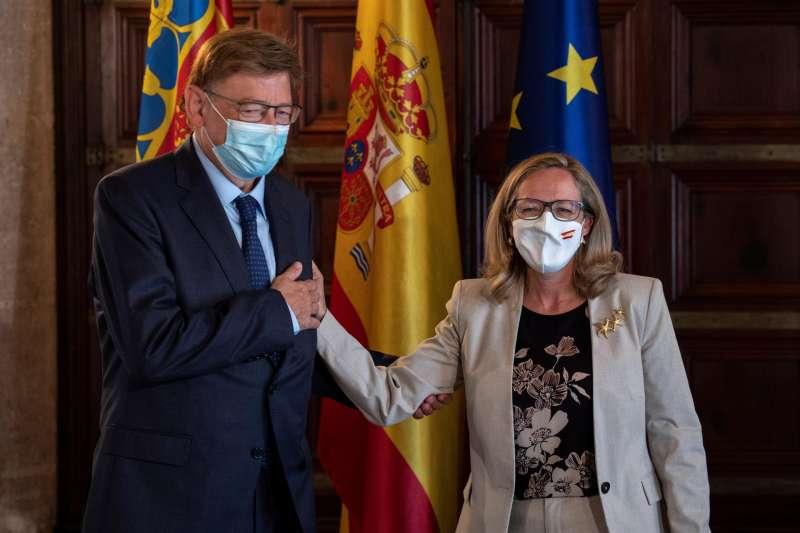 El president de la Generalitat, Ximo Puig (i), con la vicepresidenta primera del Gobierno y ministra de Asuntos Económicos y Transformación Digital, Nadia Calviño (d), en el Palau de la Generalitat. EFE/Biel Aliño