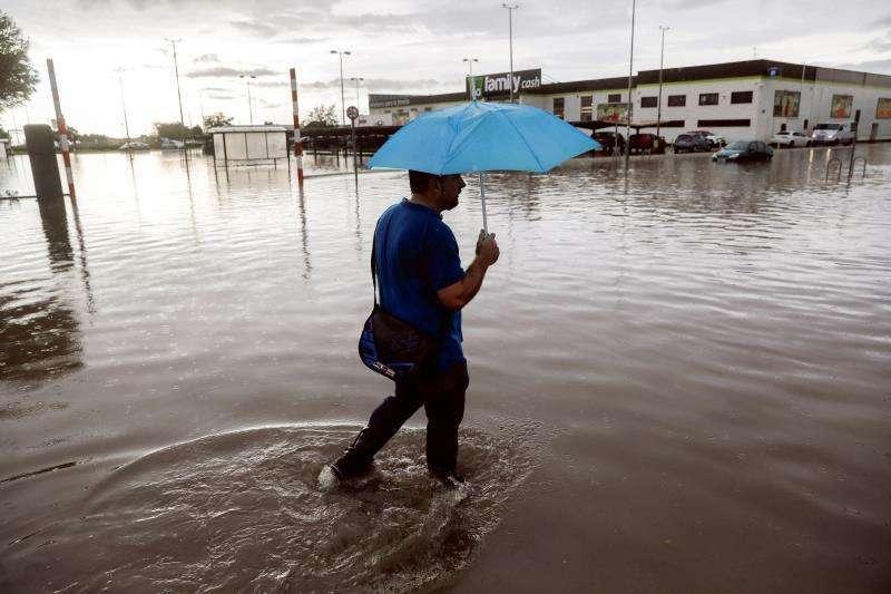 Vecino en una zona inundada. EFE