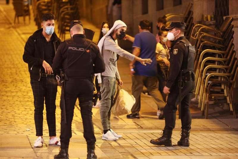 Policía Nacional charla con unos jóvenes con mascarilla. EFE/J.M.GARCIA/Archivo