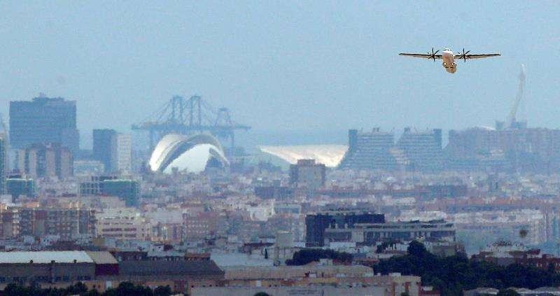 Un avión comercial sobre el aeropuerto de València. EFE