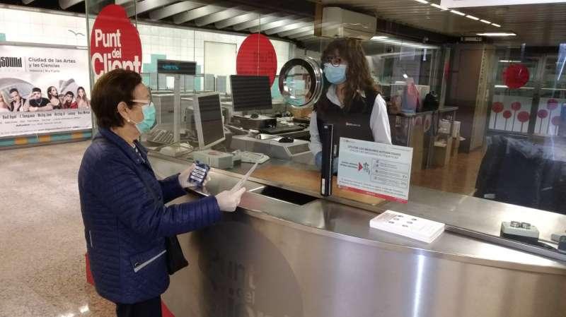 Usuarios en las instalaciones de Metrovalencia. EPDA