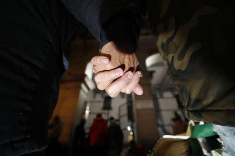 Un joven y su novio se cogen de la mano. EFE/Javier Lizón/Archivo