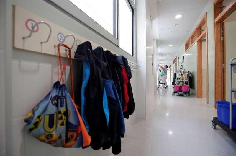 Imagen de los pasillos del colegio CEIP 103 de Valencia. EFE/Manuel Bruque/Archivo
