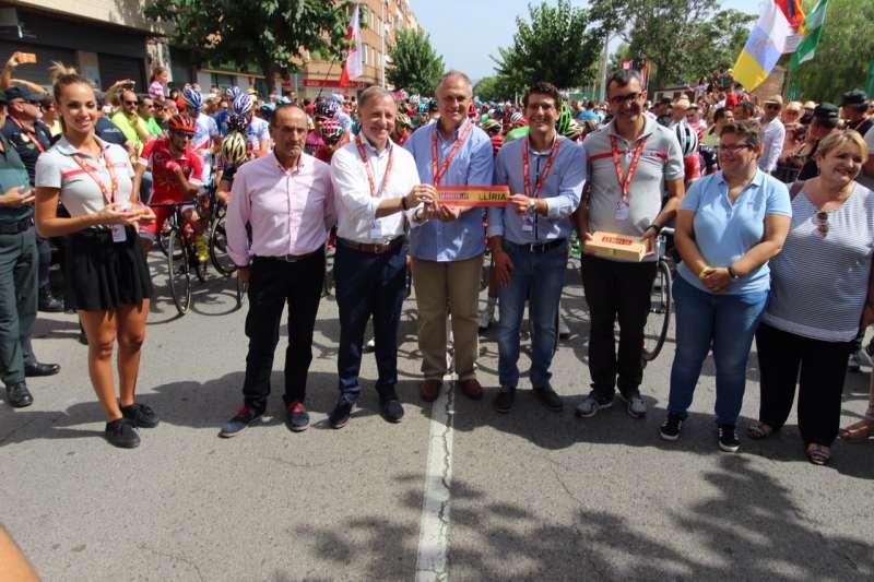 El alcalde de Llíria, el delegado del Gobierno en la Comunidad Valenciana y el Presidente de la Diputación de Valencia entre otras autoridades este viernes en el evento deportivo.