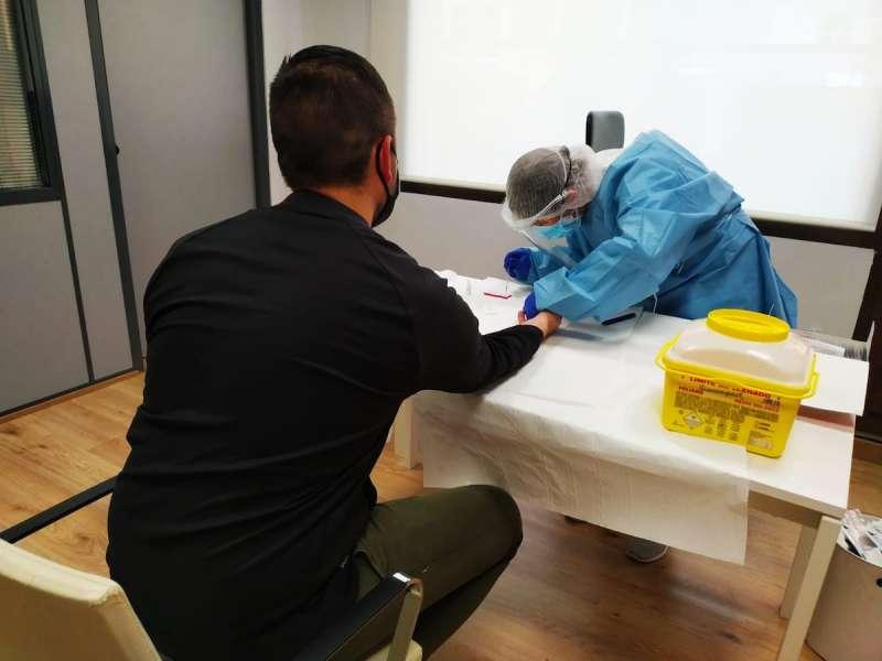 Realización de la prueba del coronavirus a un miembro de la plantilla municipal. / EPDA