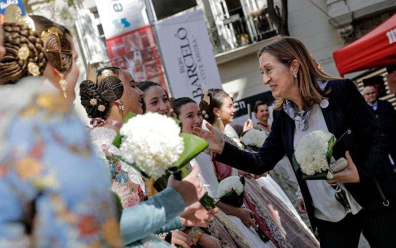 La presidenta del Congreso y cabeza de lista del PP por Pontevedra, Ana Pastor, durante el recorrido por las Fallas de València. EFE