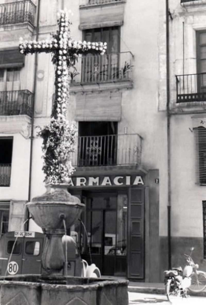 Fachada de la Farmacia de hace decenas de años en su ubicación en la Porta de Sant Francesc de Xàtiva (Valencia).