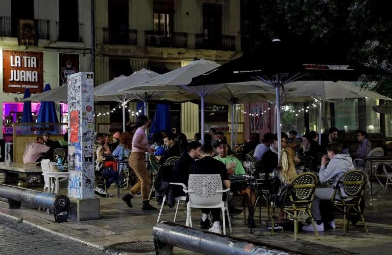Varias personas en una terraza de la plaza del Tossal en el barrio del Carmen de Valéncia