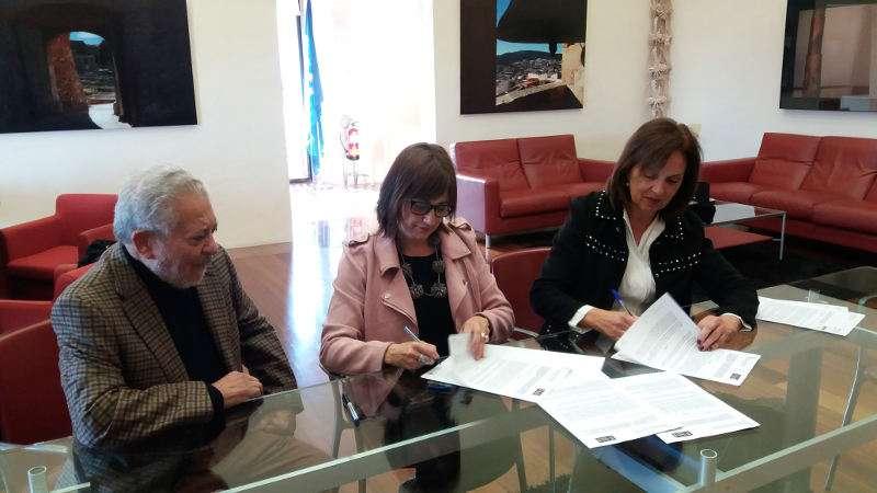 Alcaldesa de Quart de Poblet firma la donación del artista Antonio Tomás. EPDA